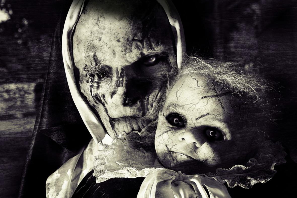 Przerazajaca-staruszka-z-lalka-bez-oczu-