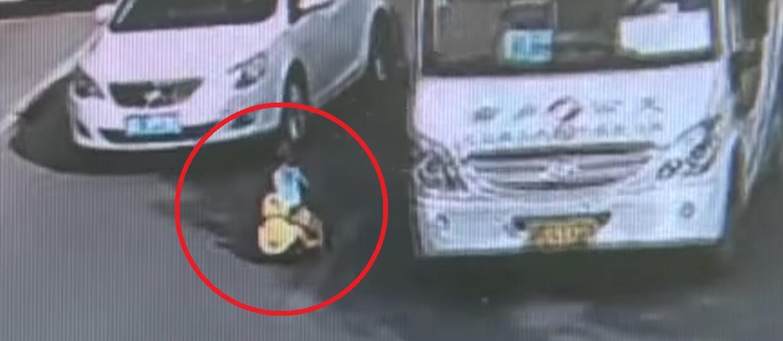 3-latek w autku jadący pod prąd po ruchliwej ulicy