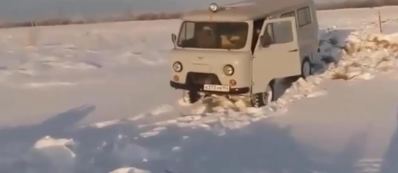 Auto zapadło się w śniegu, bo trzasnął drzwiami