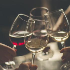 Degustacja wina w ciemności - bezpieczna atrakcja dla szukających nowych wrażeń