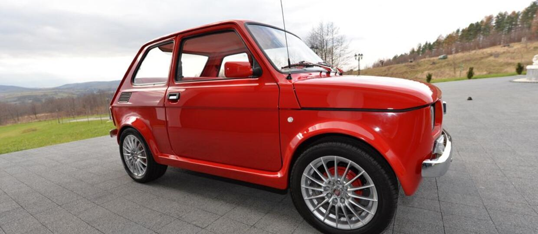 """Fiat 126p """"zapatrzony"""" w Ferrari"""