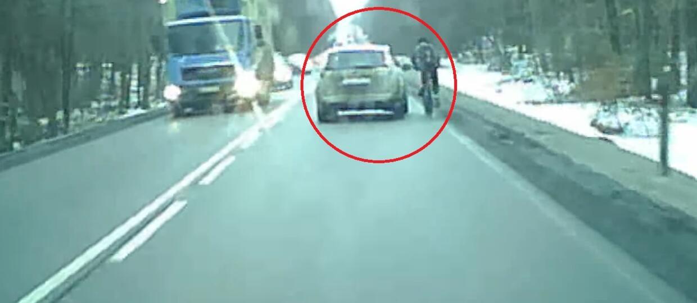 Kierowca celowo próbował zepchnąć rowerzystę na pobocze