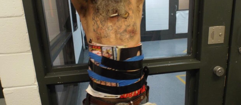 Mężczyzna w zbroi z magazynów pornograficznych aresztowany za próbę zadźgania swojego sąsiada