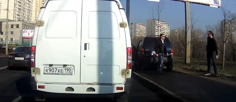 Naraził się kierowcy, bo szedł chodnikiem