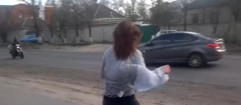 Ona tańczyła, on się zagapił i prawie zabił motocyklistę