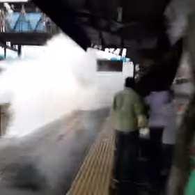 Pędzący pociąg wywołał na stacji prawdziwe tsunami