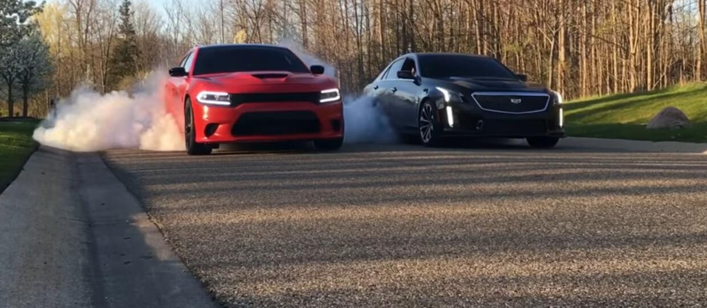 Pojedynek na burnout w wykonaniu Cadillaca CTS-V i Chargera Hellcata