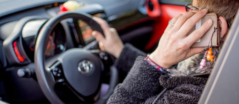 Policja skontroluje, gdzie trzymasz ręce prowadząc samochód