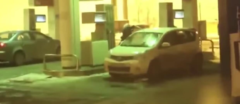 Próbowała umyć przednią szybę benzyną