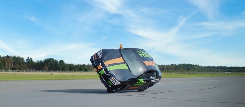 Rekord Guinnessa w najszybszej jeździe autem na 2 kołach