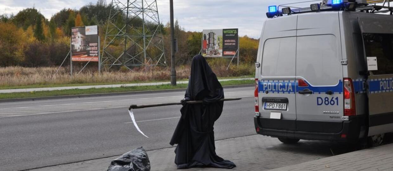 Śmierć przy drodze przestrzegała kierowców przed brawurą