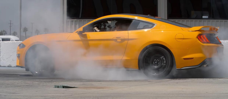 Spal gumę Mustangiem przy pomocy przycisku