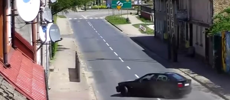 Stracił panowanie nad BMW. Uderzył w barierę