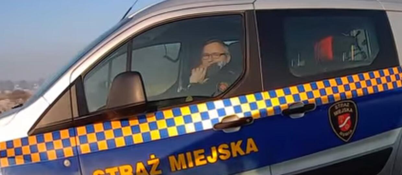 Strażnik miejski rozmawiał przez telefon podczas jazdy autem
