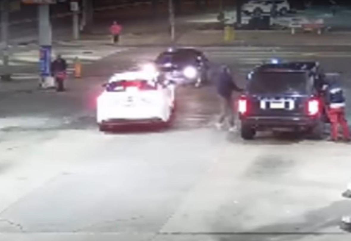Ukradli auto, gdy właściciel je tankował