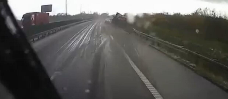 Wpadła w poślizg i zepchnęła ciężarówkę do rowu