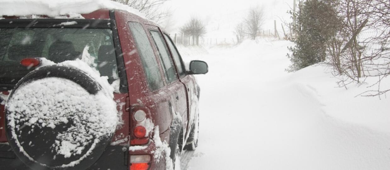 Złodziej utknął autem w śniegu. Ofiarę poprosił o pomoc