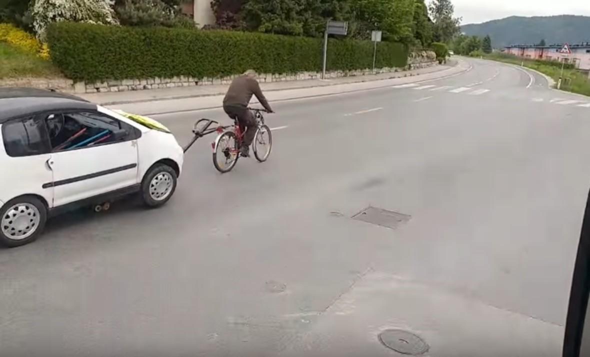 Zobacz jak 70-latek holuje auto przy pomocy roweru