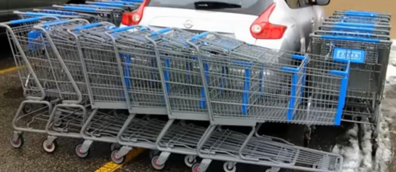 Został zastawiony wózkami sklepowymi, bo zajął dwa miejsca naraz