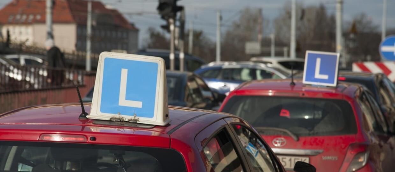 """Instruktor nauki jazdy popędzał kursanta. Ich """"elka"""" jechała 100 km/h w terenie zabudowanym"""