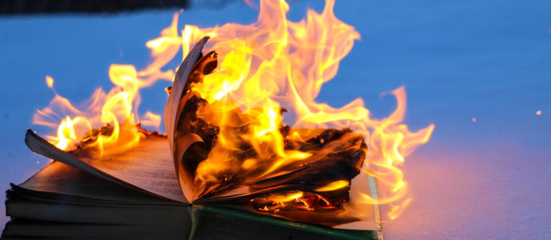 """Ksiądz z fundacji SMS z Nieba: """"Fakt spalenia książek był niefortunny"""""""
