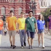 Aktywiści LGBT ubrani w koszulki reprezentacji tworzą żywą tęczową flagę na mundialu w Rosji