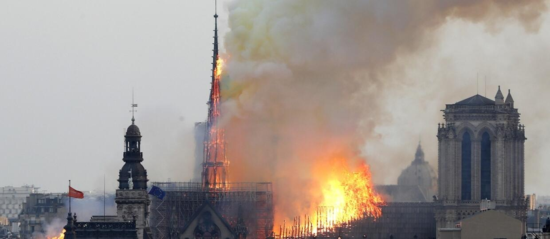 Katedra Notre Dame w Paryżu płonie
