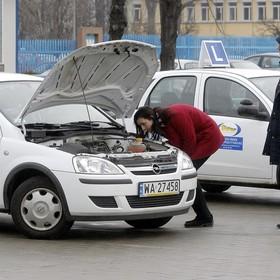 Po niezdanym egzaminie na prawo jazdy wsiadła do samochodu i odjechała. Dostała mandat po tym jak doniósł na nią egzaminator