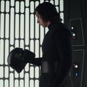 """Adam Driver nie miał problemu, żeby pokazać klatę w """"Ostatnich Jedi"""", bo wiedział, że wygląda dobrze"""