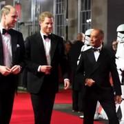 """BB-8 kłania się książętom brytyjskim w materiale wideo z premiery """"Ostatnich Jedi"""""""