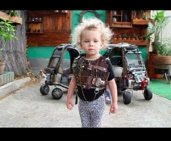"""Dzieci w samochodzikach w stylu """"Mad Maxa"""""""