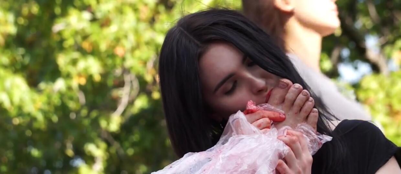 """Dziewczyna jadła części ludzkiego ciała promując horror """"Raw"""""""