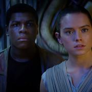"""Fani """"Gwiezdnych wojen"""" uważają, że rodzice Rey pojawili się w filmie o Hanie Solo. O kogo chodzi?"""