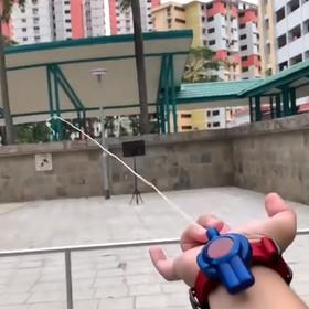 Genialny fan Spider-Mana stworzył prawdziwą wyrzutnię pajęczyn [WIDEO]