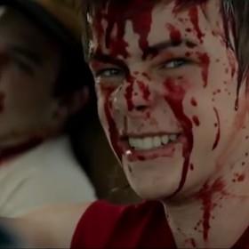 """Henry Bowers śledzi Gang Frajerów w przerażającej usuniętej scenie z filmu """"To"""""""