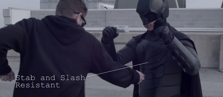 Jak zrobić zbroję Batmana odporną na ciosy nożem?
