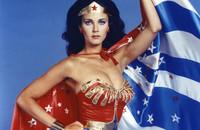 Lynda Carter w obronie piersi Wonder Woman