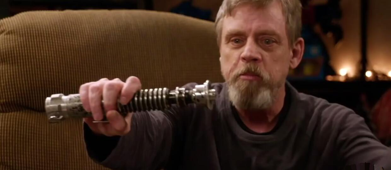 """Mark Hamill po latach ze swoim mieczem z """"Powrotu Jedi"""""""