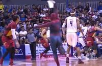 Mężczyzna przebrany za Spider-Mana został aresztowany za przerwanie meczu koszykówki