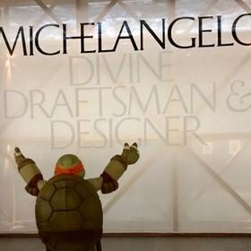 """Michelangelo z """"Wojowniczych Żółwi Ninja"""" odwiedził wystawę prac Michała Anioła"""