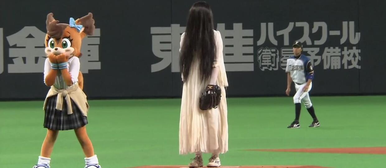 """Postacie z """"The Ring"""" i """"Klątwy"""" zagrały w baseball"""
