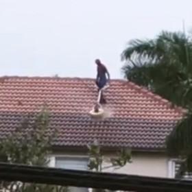 """""""Spider-Man z Florydy"""" dorabia sprzątając ludziom dachy. Zobaczcie kuriozalne wideo"""