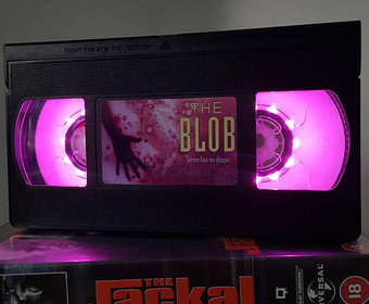 Stylowe lampki z kaset po starych horrorach