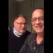 """Tom Hanks zaśpiewał po polsku """"Sto lat"""" w podzięce za Malucha"""