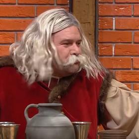 """Tomasz Karolak parodiuje """"Koronę królów"""" w nowym odcinku SNL Polska"""