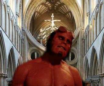 Wierni nie są zadowoleni z wpuszczenia Hellboya do katedry