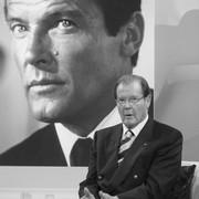 Aktorzy grający Jamesa Bonda w hołdzie Rogerowi Moore'owi