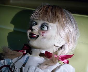 """Lalka Annabelle w filmie """"Annabelle wraca do domu"""""""