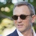 Daniel Craig w ciemnych okularach jako James Bond