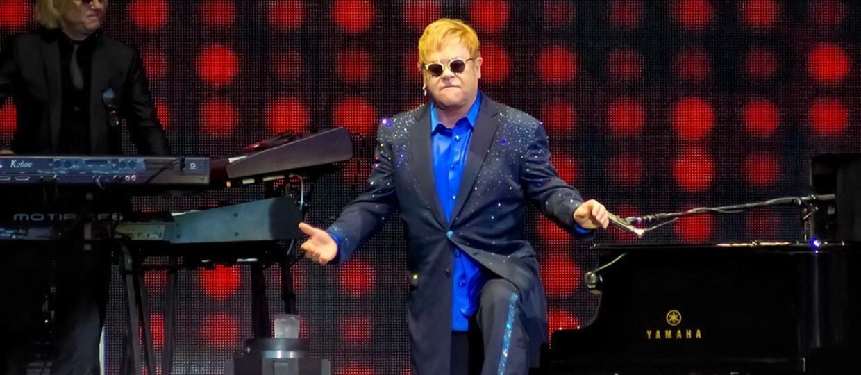 """Elton John potwierdził, że napisze muzykę do nowej wersji """"Króla Lwa"""""""